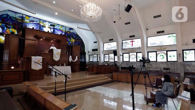 Suasana ibadah Misa Kenaikan Yesus Kristus di Gereja Protestan Indonesia Bagian Barat (GPIB) Effatha, Jakarta, Kamis, (21/5/2020). Di tengah wabah Covid-19, ibadah Misa Kenaikan Yesus di gereja tersebut ditiadakan dan diganti dengan menggunakan layanan