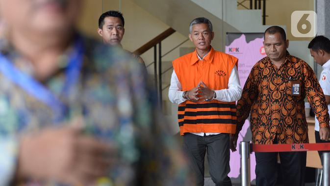 Komisioner KPU Wahyu Setiawan (rompi tahanan) berjalan keluar seusai menjalani pemeriksaan di gedung KPK, Jakarta, Rabu (15/1/2020). Wahyu Setiawan diperiksa perdana setelah ditetapkan sebagai tersangka terkait dugaan penerimaan suap penetapan anggota DPR terplih 2019-2020. (merdeka.com/Dwi Narwoko)