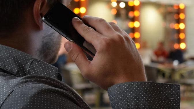 ilustrasi seorang laki-laki sedang melakukan panggilan via handphone. (pixabay)