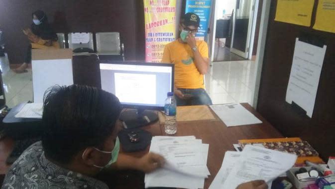 Juan melaporkan kasus penipuan pembelian masker secara online yang dialaminya ke SPKT Polresta Palembang Sumsel (Liputan6.com / Nefri Inge)