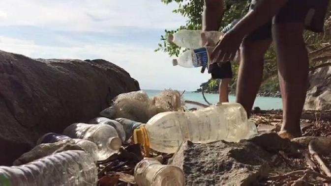 Komunitas Sea Monkey Project kumpulkan dan daur ulang sampah plastik di sekitar garis pantai Tioman, Malaysia. (dok. Instagram @seamonkeyproject/ https://www.instagram.com/tv/CFWh0WjneMQ/?igshid=1e5hd10un3ecq/ Brigitta).
