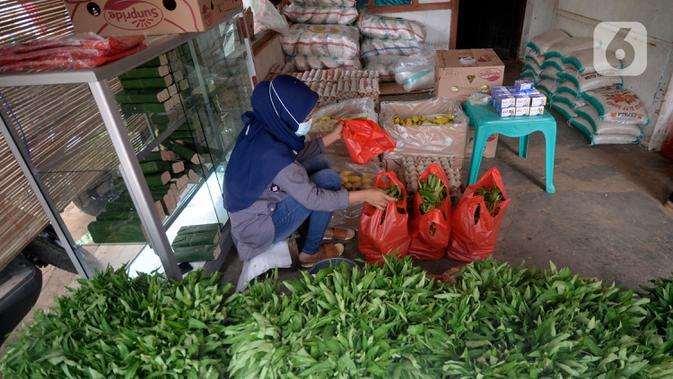 Warga yang memiliki kartu ATM Keluarga Sejahtera sedang mengambil bantuan pangan non tunai dari Kemensos di Kelurahan Buaran, Serpong, Tangerang Selatan, Banten, Jumat (16/10/2020). Bantuan pangan non tunai tersebut diterima 95 orang. (merdeka.com/Dwi Narwoko)