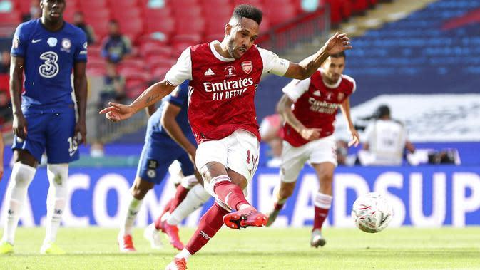 Striker Arsenal, Pierre-Emerick Aubameyang, mencetak gol melalui penalti ke gawang Chelsea pada laga final Piala FA di Stadion Wembley, London, Sabtu (1/8/2020). Arsenal menang 2-1 atas Chelsea. (Catherine Ivill/Pool via AP)