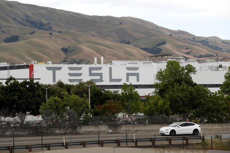 Pimpinan Tesla katakan siap ditangkap saat ia membuka kembali pabrik California