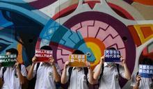 香港通識科課本大幅度修改涉政治取向內容引發爭議
