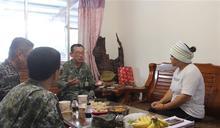 8軍團指揮官慰問阿瑪勒.道卡杜中士家屬