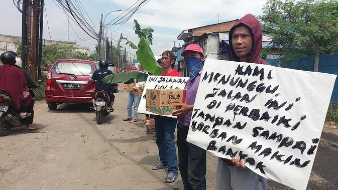 Demi mengantisipasi kecelakaan, warga sekitar berinisiatif menanam pohon pisang di sekitaran lokasi jalan. (Foto: Liputan6/Bam Sinulingga)