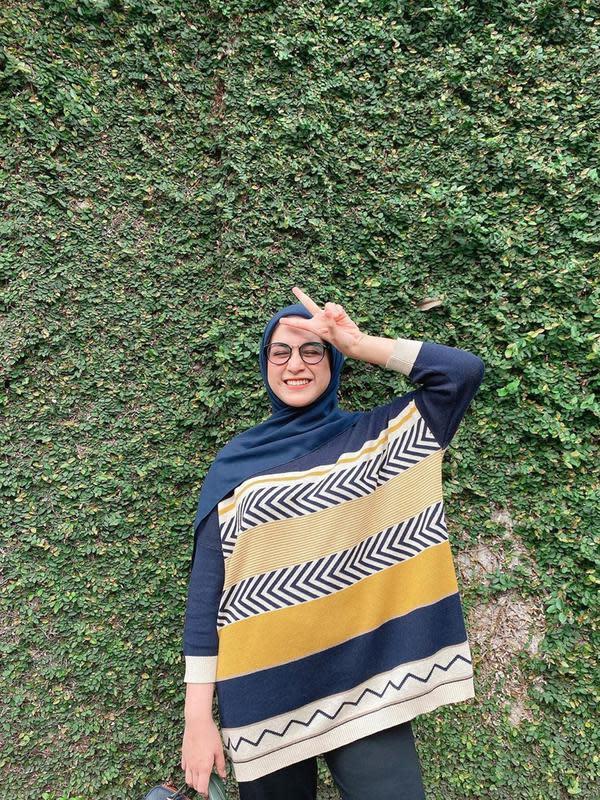 Perpaduan warna hijab serta busana yang dikenakan oleh Nina Zatulini juga terlihat sangat serasi. Tak selalu menggunakan gamis, ia pun beberapa kali memadukan baju panjangnya dengan sebuh celana. (Liputan6.com/IG/@ninazatulini22)