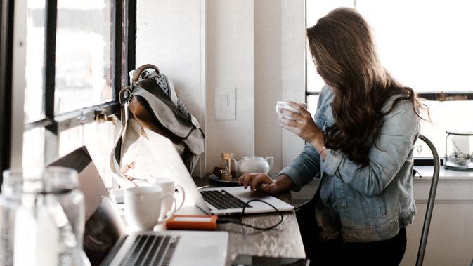 Terlalu lama duduk di depan komputer bisa membuat tubuh kelelahan, selingi dengan gerakan workout sederhana berikut ini. (Foto: unsplash.com)