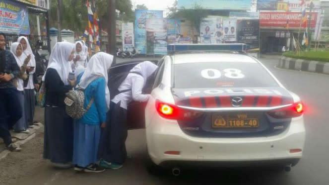 Mobil Polisi Jadi Angkot Dadakan gara-gara Sopir Mogok