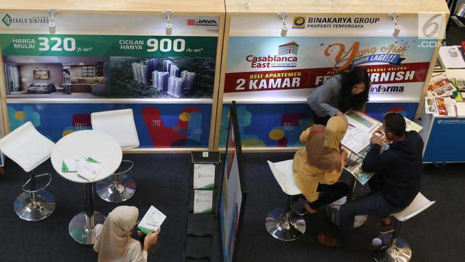 Seorang karyawati melayani pengunjung dalam acara Festival Properti Indonesia di Jakarta, Selasa (14/11). Festival property tersebut menawarkan program KPR suku bunga 5,99% efektif satu tahun pertama. (Liputan6.com/Angga Yuniar)