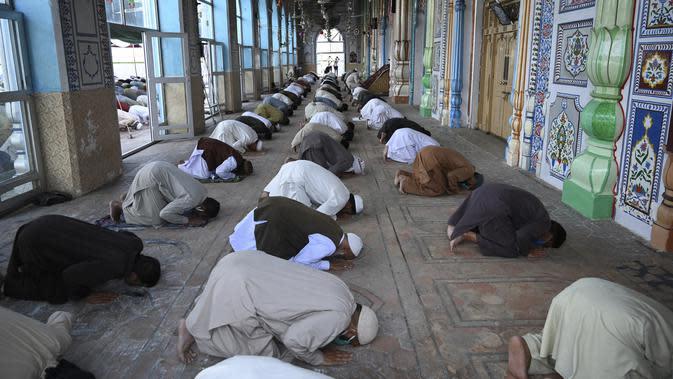 Umat muslim melaksanakan salat Jumat berjemaah selama Ramadan di Masjid Jamia, Rawalpindi, Jumat (1/5/2020). Umat muslim dunia melewati Ramadan tahun ini di tengah pandemi COVID-19. (Aamir QURESHI/AFP)