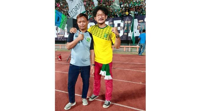 6 Gaya Isa Bajaj Mendukung Persebaya, Bukti Fans Fanatik (sumber: Instagram.com/isa_bajaj)