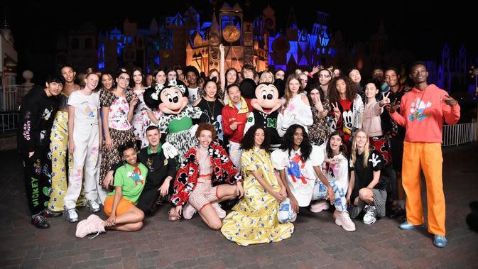 Fashion show Mickey dan Minnie Mouse di Disneyland. (Photo: Vogue)