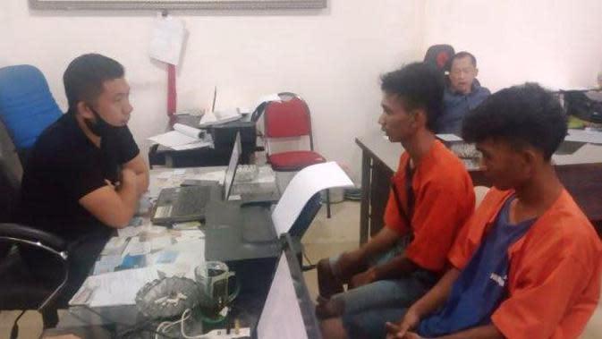 Kakak beradik SEP (25) dan SON (19) asal Kota Palembang diinterogasi usai menjambret (Liputan6.com / Nefri Inge)
