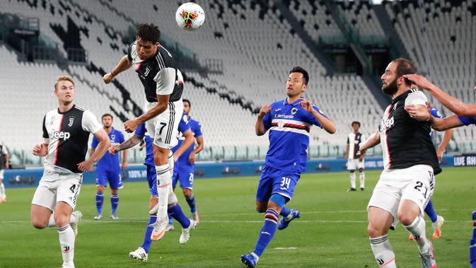 Penyerang Juventus, Cristiano Ronaldo berusaha menyundul bola ke arah gawang Sampdoria dalam laga pekan ke-36 Liga Italia Serie A di Stadion Allianz, Minggu (26/7/2020). Juventus memgunci gelar juara Liga Italia tahun 2020 setelah mengalahkan Sampdoria 2-0. (AP Photo/Antonio Calanni)