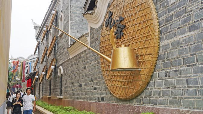 Orang-orang mengunjungi sebuah blok budaya di Wilayah Nanchang, Provinsi Jiangxi, China timur, pada 2 Oktober 2020. Banyak wisatawan dan warga setempat berkunjung ke blok budaya tersebut untuk bernostalgia dan bertamasya selama liburan Hari Nasional. (Xinhua/Wan Xiang)