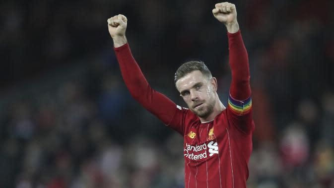 Gelandang Liverpool, Jordan Henderson merayakan kemenangan timnya usai pertandingan melawan Everton pada Liga Inggris di Stadion Anfield, Rabu (4/12/2019). Liverpool menang telak 5-2 atas Everton. (AP Photo/Jon Super)