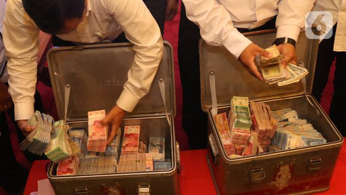 Uang palsu ditunjukkan sebelum dimusnahkan di gedung Bank Indonesia, Jakarta, Rabu (26/2/2020). Bank Indonesia memusnahkan 50.087 lembar uang Rupiah palsu hasil temuan dari proses pengolahan uang dan klarifikasi masyarakat selama rentang waktu 2017-Januari 2018. (Liputan6.com/Angga Yuniar)
