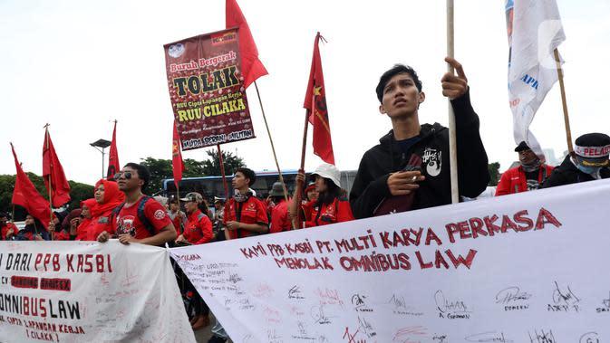 Buruh yang tergabung dalam Gerakan Buruh Bersama Rakyat (Gebrak) berdemonstrasi di depan Gedung DPR, Jakarta, Senin (13/1/2020). Massa menyuarakan penolakan mereka terhadap Omnibus Law Rancangan Undang-Undang Cipta Lapangan Kerja. (Liputan6.con/Johan Tallo)