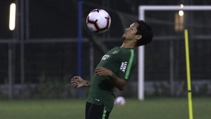 Pemain Timnas Indonesia, Irfan Bachdim, mengontrol bola saat latihan di Lapangan ABC Senayan, Jakarta, Jumat (7/6). Latihan ini persiapan jelang laga persahabatan melawan Yordania. (Bola.com/Yoppy Renato)