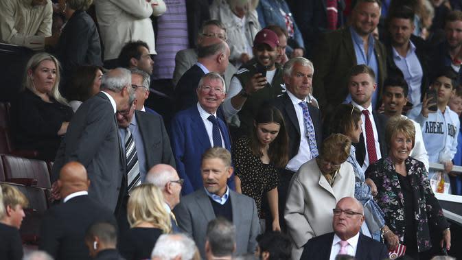 Mantan pelatih Manchester United, Sir Alex Ferguson (jas biru) bersiap menyaksikan pertandingan Manchester melawan Chelsea di Old Trafford (11/8/2019). MU menang telak 4-0 atas Chelsea. (AP Photo/Dave Thompson)