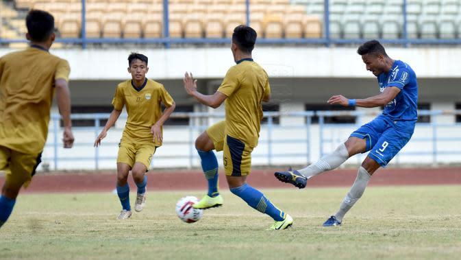 Penyerang Persib Bandung Wander Luiz menyumbangkan tiga gol kala beruji tanding dengan Bandung United di Stadion Gelora Bandung Lautan Api, Sabtu (19/9/2020). (Foto: MO Persib Bandung)