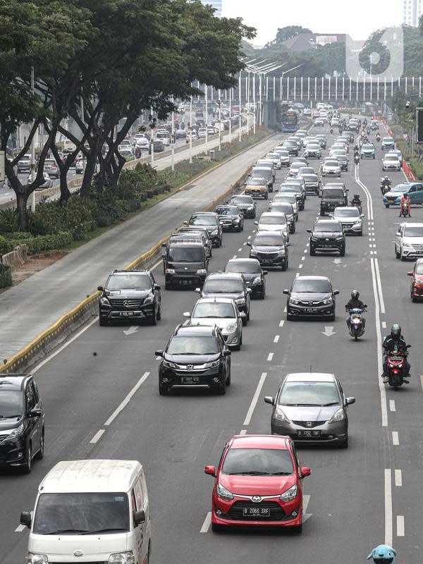 Kendaraan melintas di Jalan Jenderal Sudirman, Jakarta, Kamis (10/7/2020). Pembatasan pegerakan kendaran dengan ganjil genap itu akan kembali ditiadakan mulai Senin (14/9/2020) bersamaan dengan penerapan PSBB seperti awal pandemi Covid-19. (Liputan6.com/Faizal Fanani)