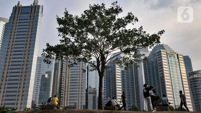 Aktivitas warga saat menikmati sore hari di Hutan Kota Gelora Bung Karno (GBK), Jakarta, Minggu (13/9/2020). Warga Jakarta bersiap kembali mengikuti peraturan PSBB yang diterapkan Pemprov DKI mulai Senin (14/9) besok akibat terus meningkatnya kasus Covid-19. (merdeka.com/Iqbal S. Nugroho)