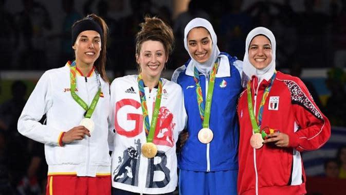 Atlet taekwondo wanita, Kimia Alizadeh Zenoorin (Iran) dan Hedaya Wahba Malak (Mesir), meraih medali perunggu di kelas 57 kg, Kamis (18/8/2016). (AFP/Kiriil Kudryavtsev)