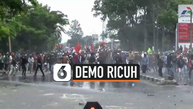 VIDEO: Mencekam, Lemparan Batu Demonstran Hingga Perusakan Mobil Polisi