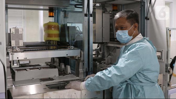 Tim medis menyiapkan alat saat persiapan ruang laboratorium RS Pertamina Jaya, Jakarta, Senin (6/4/2020). Secara keseluruhan RSPJ memiliki kapasitas 160 tempat tidur dengan 65 kamar isolasi dengan negative pressure untuk merawat pasien yang positif Corona. (Liputan6.com/Helmi Fithriansyah)