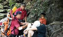 屏東涼山瀑布戲水 女摔傷左膝救護員輪流揹下山