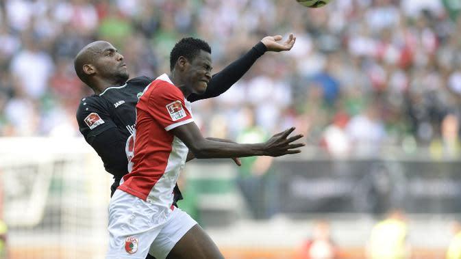 Baba Rahman masih memperkuat Augsburg, tapi bakal segera merapat ke Chelsea (CHRISTOF STACHE / AFP)