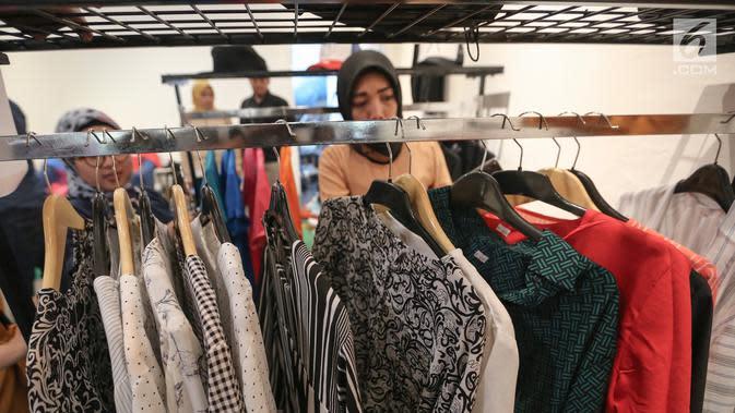 Pengunjung memilih baju para selebritis pada acara Wow Bazaar di Qubicle Center, Jakarta, Rabu (27/3). Kegiatan yang digelar toko onilne (e-commerce) Tokowow.com menyajikan koleksi merchandise selebriti tanah air dari tanggal 25-26 Maret 2019. (Liputqan6.com/Fery Pradolo)