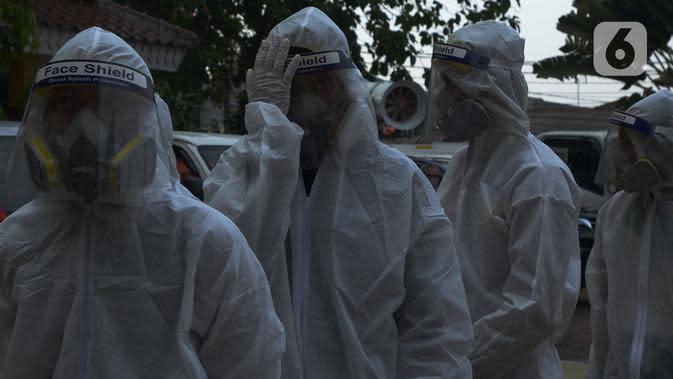 Petugas PMI bersiap menyemprotkan cairan disinfektan di Lingkungan SMP Negeri 139 Jakarta, Selasa (9/6/2020). Penyemprotan untuk mencegah penyebaran virus Corona di lingkungan sekolah itu sebagai persiapan memasuki tahun ajaran baru 2020/2021. (merdeka.com/Imam Buhori)