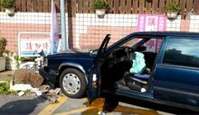 七旬老翁疑誤踩油門 開車撞進加油站
