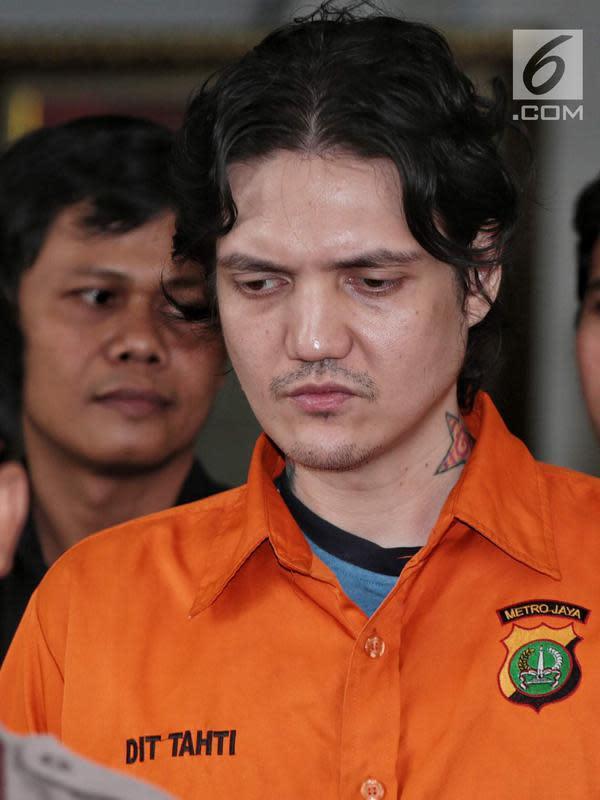 Sebelum ditangkap dan terancam hukuman 4 tahun penjara, Ozzy Albar pernah dijatuhi hukuman 7 bulan rehabilitasi di RSKO pada 10 Juli 2018. Adik Fachri Albar itu kembali ketangkap di kawasan Woltermonginsidi, Jakarta Selatan. (Liputan6.com/Faizal Fanani)