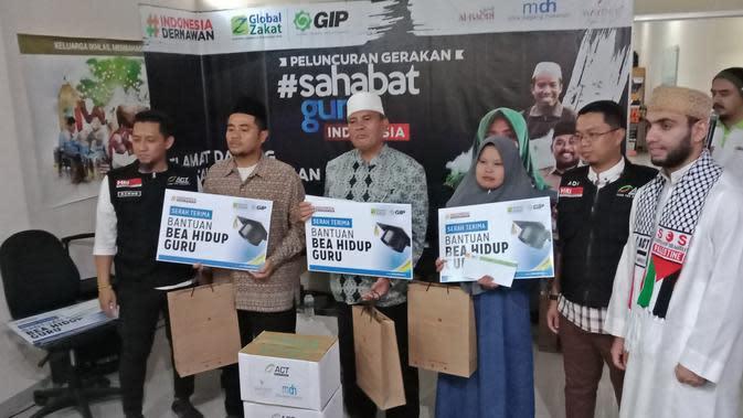 Aksi Cepat Tanggap (ACT) Jawa Barat memberikan bantuan tunai kepada guru honorer prasejahtera. (Liputan6.com/Huyogo Simbolon)