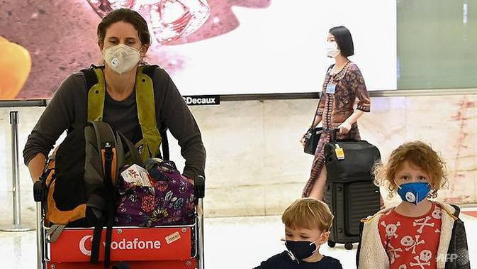 Penumpang tiba di bandara internasional Sydney pada 16 Maret 2020. Australia mengumumkan pada 15 Maret bahwa siapa pun yang tiba di negara itu akan menghadapi 14 hari wajib isolasi diri sendiri, dalam upaya untuk memperlambat penyebaran virus corona. (Photo: AFP / Peter Parks)