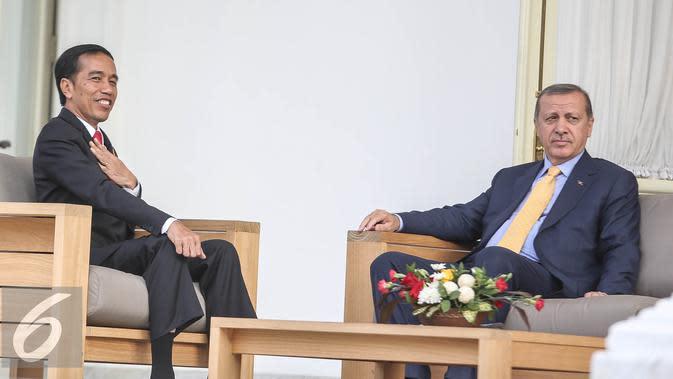 Presiden Jokowi berbincang dengan Presiden Turki Recep Tayyip Erdogan di Istana Merdeka, Jakarta, Jumat (31/7/2015). Kunjungan kenegaraan ini bertepatan dengan perayaan 65 tahun hubungan kerja sama antara Indonesia dan Turki. (Liputan6.com/Faizal Fanani)