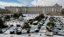 急凍!西班牙暴雪交通大亂.日本冰封11死330傷