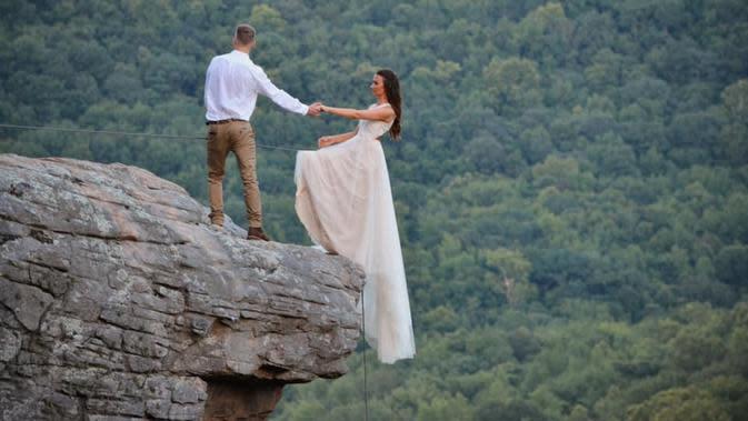 Pasangan pengantin asal Arkansas, Amerika Serikat, melangsungkan pernikahan dengan pemotretan yang di tepi tebing (Dok.Facebook/Mason Gardner)