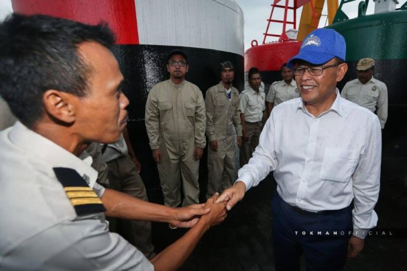 Johor Mentri Besar Datuk Osman Sapian aboard the MV Pedoman. ― Picture via Facebook/Osman Sapian