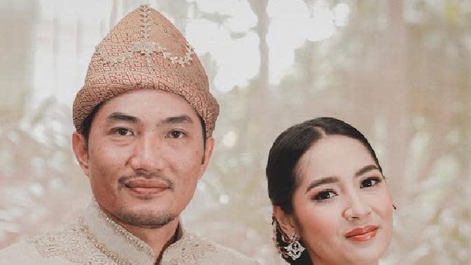 Momen Manis Nikahan Niken Anjani. (Sumber: Instagram.com/mozapramita)