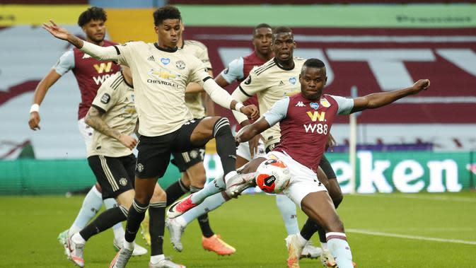 Striker Manchester United, Marcus Rashford, berebut bola dengan striker Aston Villa, Mbwana Samatta, pada laga lanjutan Premier League di Villa Park, Jumat (10/7/2020) dini hari WIB. Manchester United menang 3-0 atas Aston Villa. (AFP/Andrew Boyers/pool)