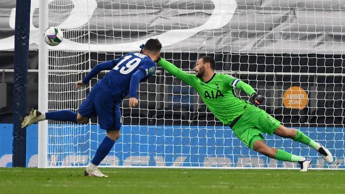 Gelandang Chelsea, Mason Mount mengirimkan tendangan penalti yang melebar dari kiper Tottenham Hotspur Hugo Lloris pada pertandingan babak keempat Piala Liga Inggris di Stadion Tottenham Hotspur, London, Selasa (29/9/2020). Tottenham menang adu penalti atas Chelsea 5-4. (Neil Hall/Pool via AP)