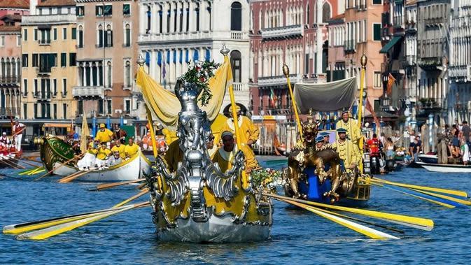 Para pendayung gondola di Festival Regata Storica, Venesia. (dok. Instagram @buenviaje88.7/https://www.instagram.com/p/CE1pJGqFeVo/?igshid=504tdx0ypgn8/Brigitta Valencia Bellion)