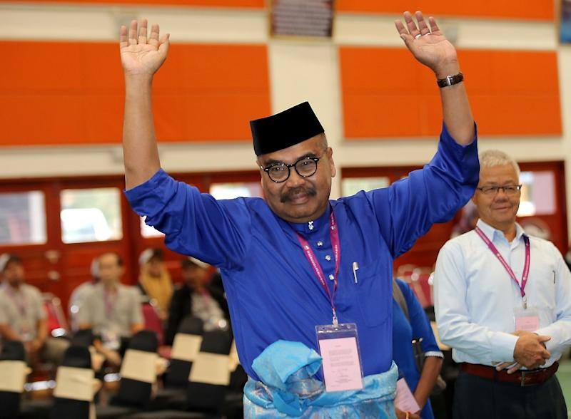 Barisan Nasional candidate Ramli Mohd Noor waves at the press after filing his nomination form for the Cameron Highlands by-election at the nomination centre at SMK Sultan Ahmad Shah January 12, 2019. — Picture by Farhan Najib
