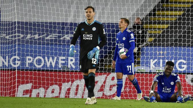 Pemain Leicester City tampak lesu usai ditaklukkan Arsenal pada laga Piala Liga Inggris di Stadion King Power, Kamis (24/9/2020). Arsenal menang dengan skor 2-0. (AP Photo/Rui Vieira, Pool)